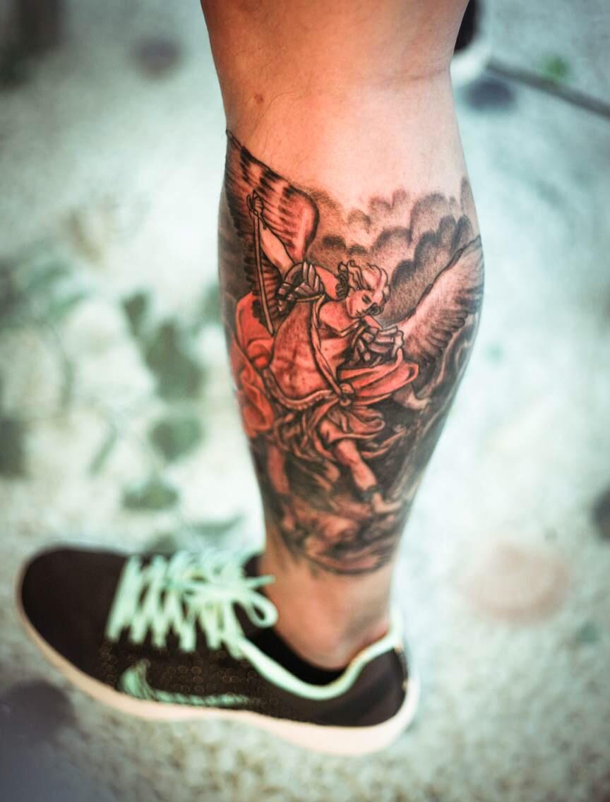帅哥小王小腿处的自由飞翔天使纹身图案