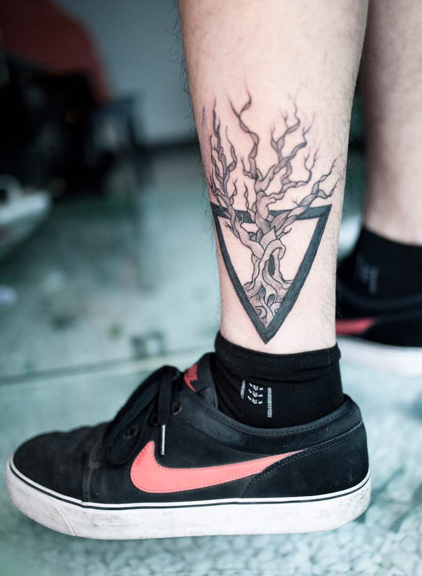 哪怕是有这样的束缚,他也能像纹身中的树枝一样挣脱出来,再次回归本真