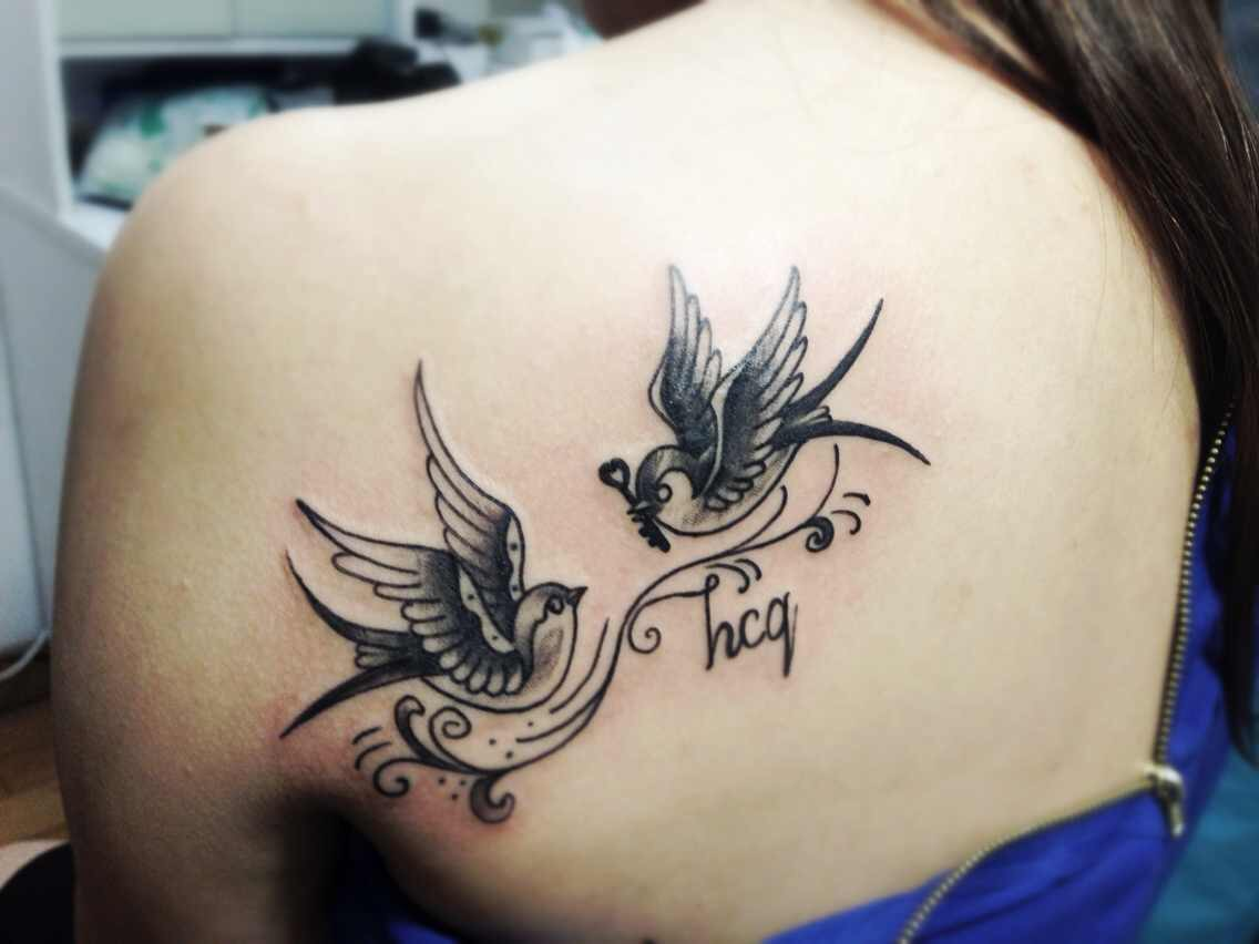 美女小林在左肩膀后方纹的一对鸳鸯纹身图案