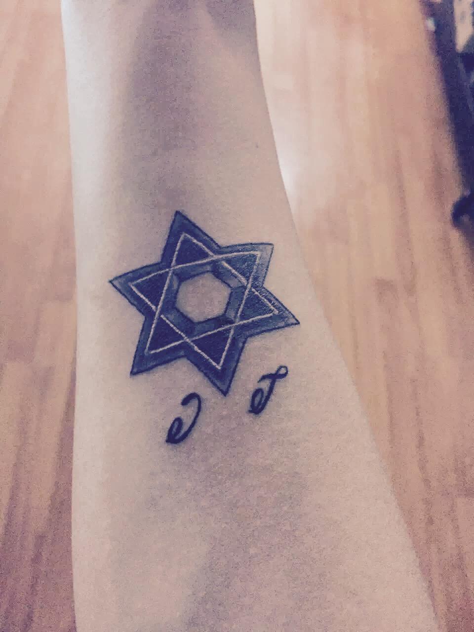 成都苑先生手臂的个性六芒星纹身图案图片