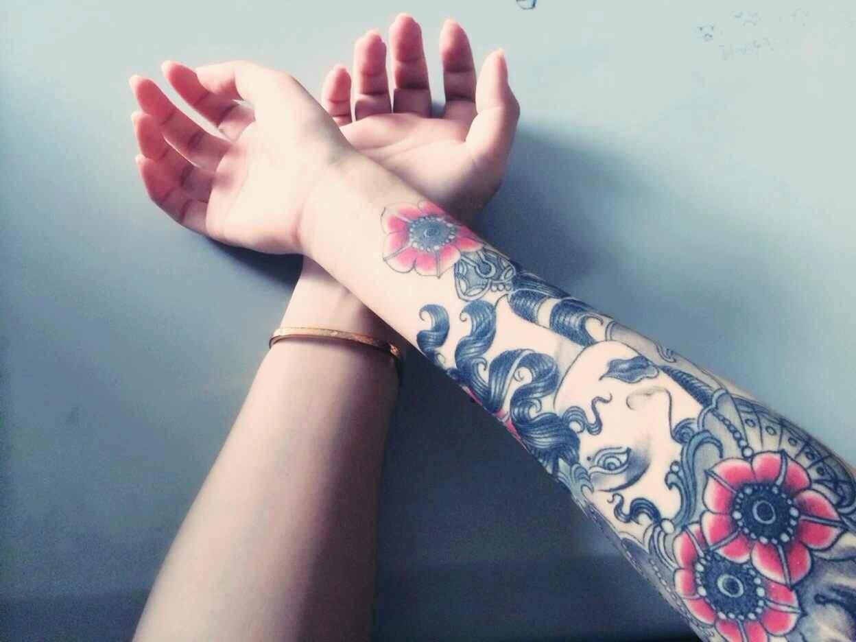 温柔的顾小姐手臂上的异域风情美女纹身图案