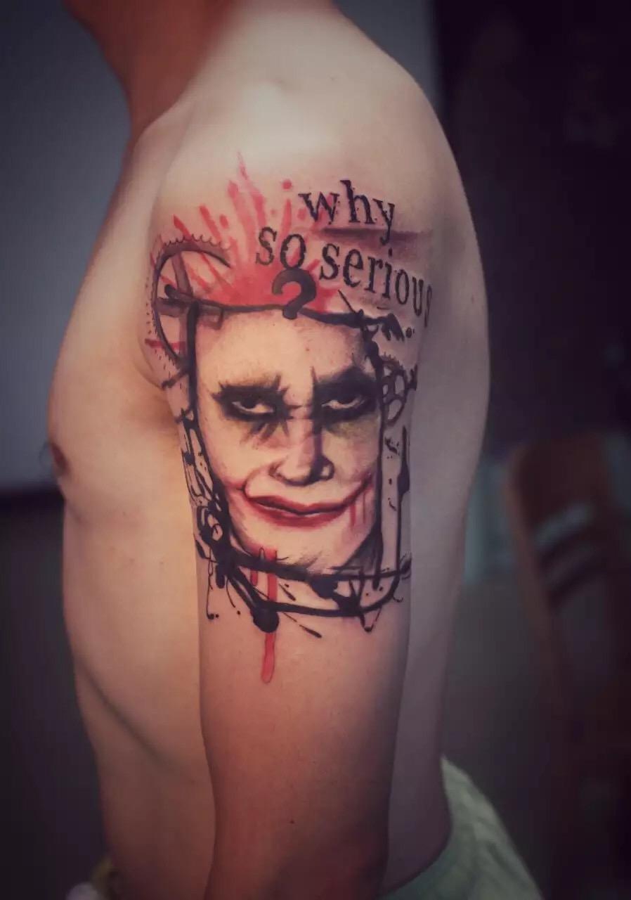 猛男小周左肩头吸血鬼人面纹身图案