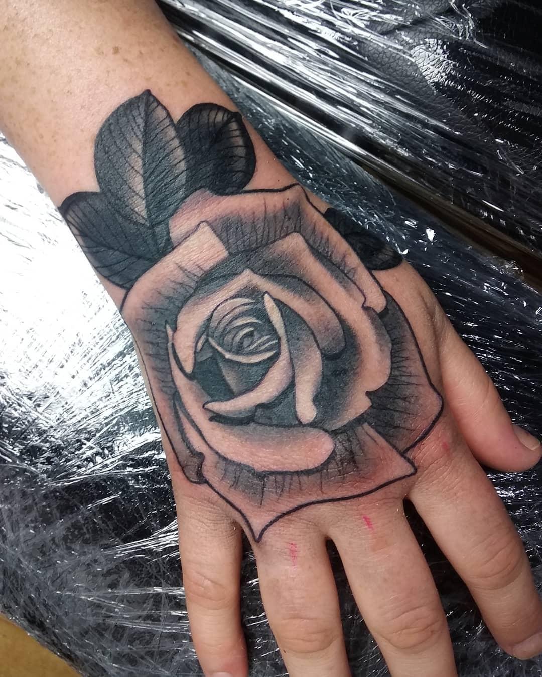 做园林景观设计师的辛先生手背写实玫瑰纹身图