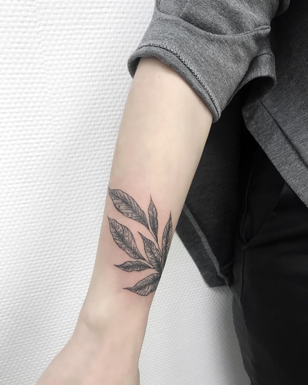 小臂树叶纹身图案