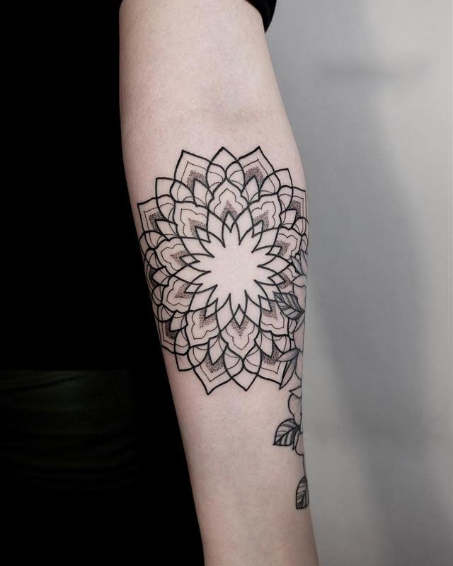 小臂梵花纹身图案