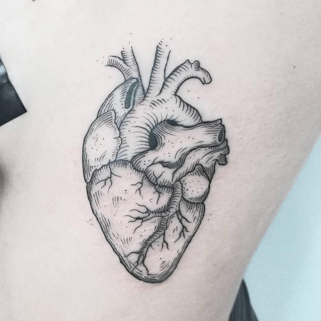 腰侧写实心脏纹身图案-成都纹身店哪里最好_专业纹身图片