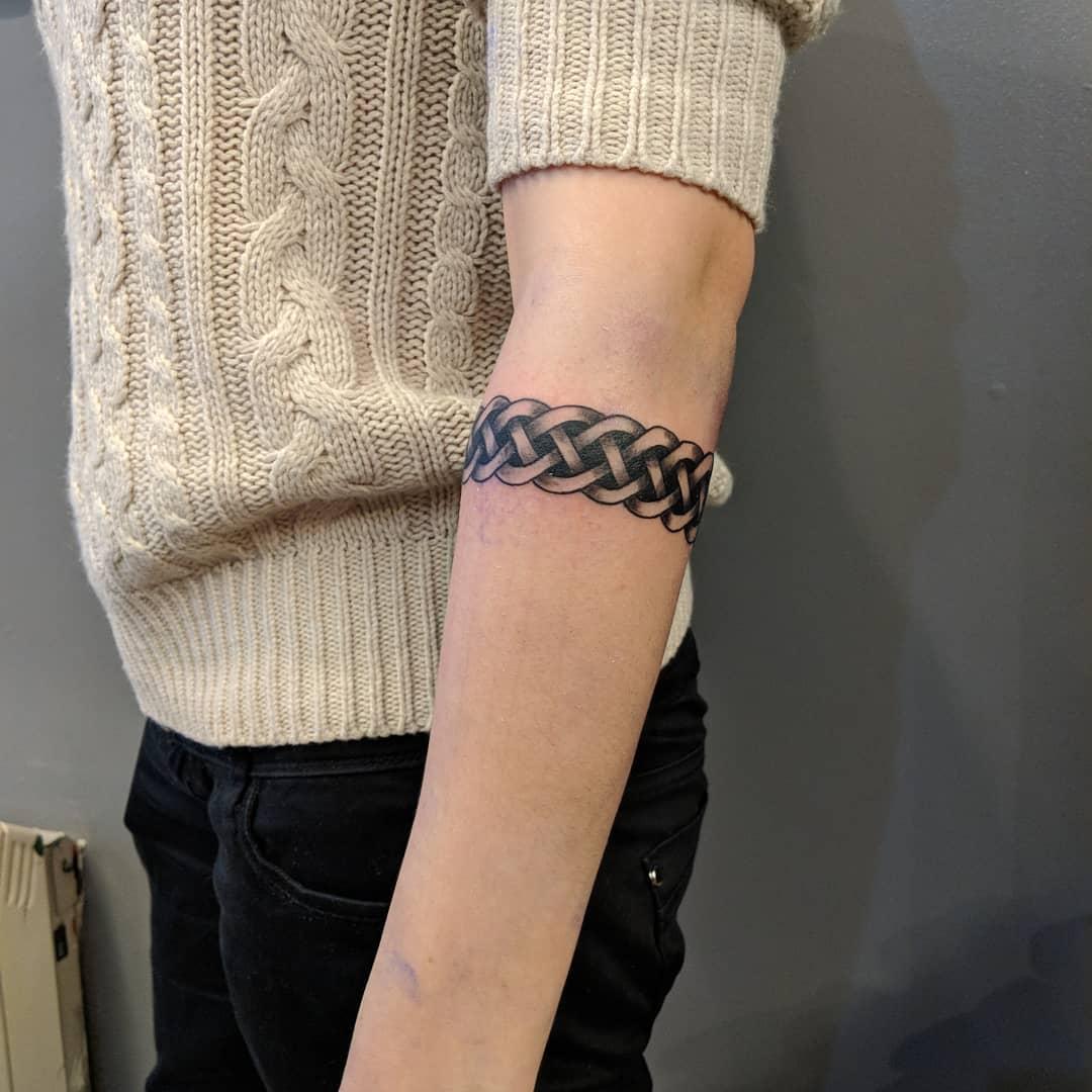 小臂黑灰臂环纹身图案