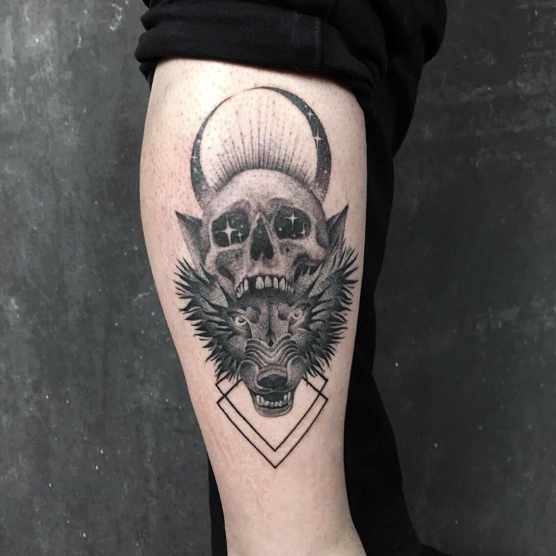 小腿黑灰写实骷髅狼首纹身图案