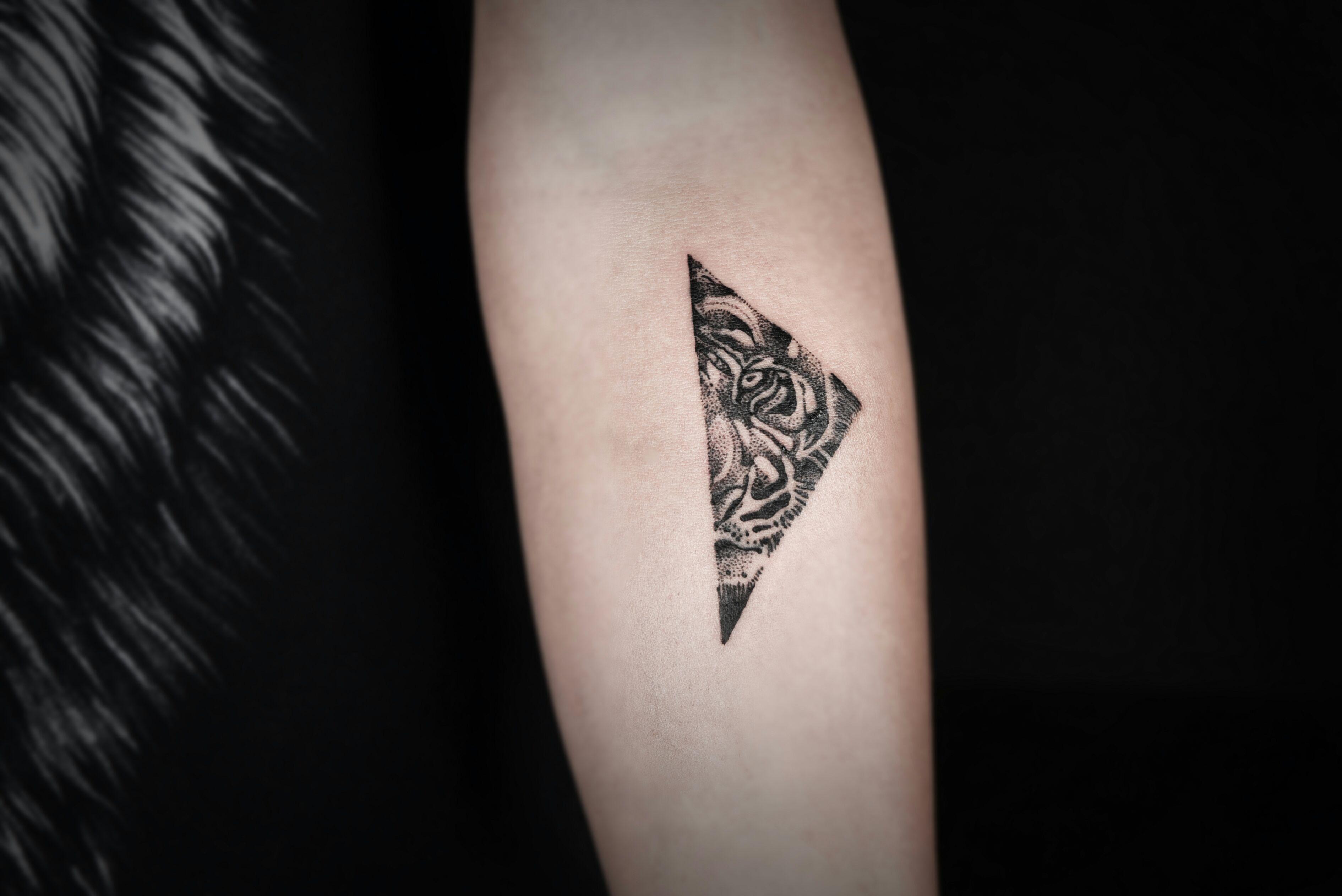 小臂黑灰点刺风半面虎首几何图形纹身图案