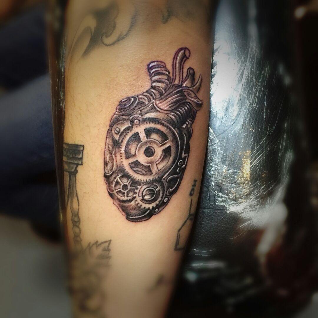 小臂力量的象征写实机械齿轮心脏纹身图案