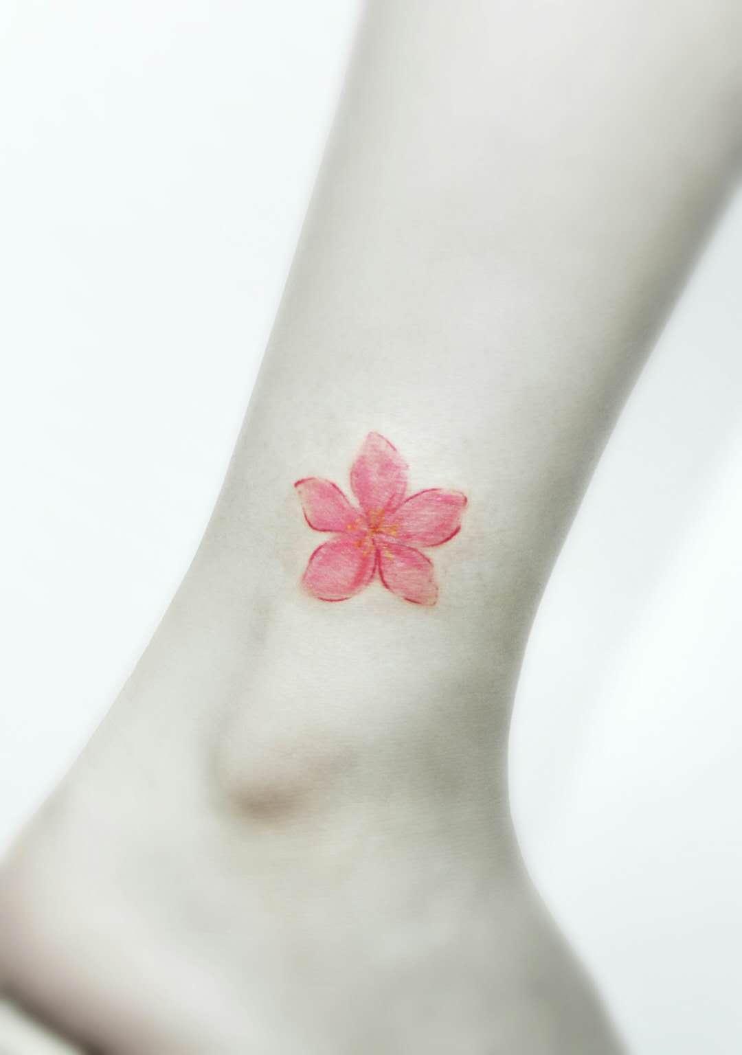 美女脚踝热烈喜庆的樱花纹身图案